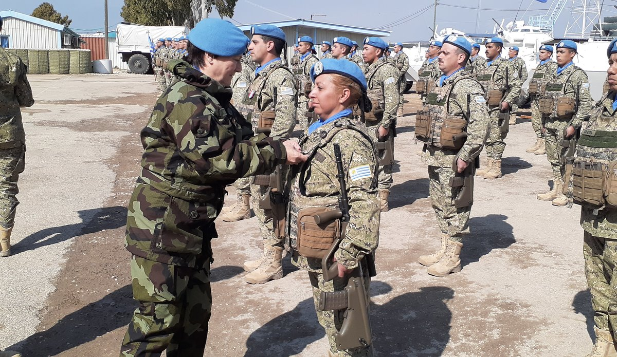 A/FC Brig Gen M O Brien presents the UNDOF medal to a Uruguayan peace keeper.