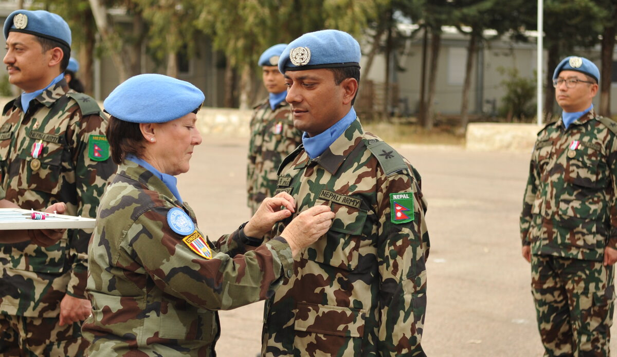 A/FC UNDOF Brig Gen M O Brien presents Maj Sanjeev with his UNDOF Medal