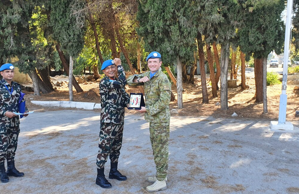Major General Ishwar Hamal presenting Maj Banks with an UNDOF plaque on completion of a 14 month deployment