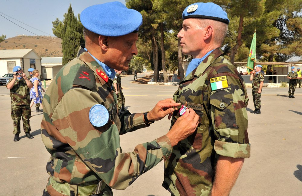 FC/ HoM Maj Gen Jai Shanker Menon presents his UNDOF Medal to OC FRC Lt Col David Cowhig